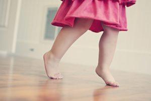 Ребенок ходит на цыпочках: что делать