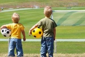 дети играющие в футбол