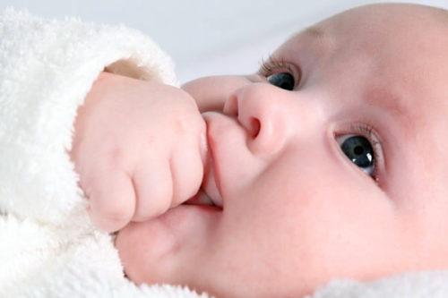 Почему новорожденный не спит весь день?
