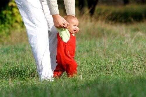 в каком возрасте ребенок начинает ходить