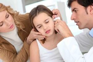 Болит ухо у ребенка: что делать