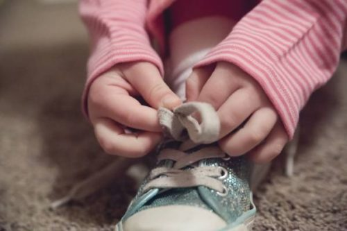 Как научить ребенка завязать шнурки