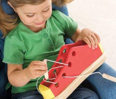 Учим завязывать шнурки
