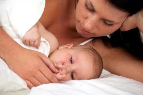 Ребенок 10 месяцев сильно потеет во сне