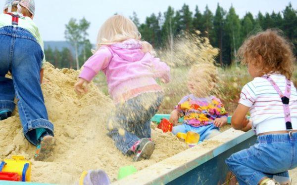 ребенку попал в глаза песок что делать