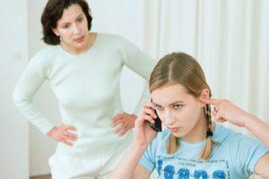Подросток хамит родителям: как себя вести