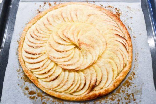 Как приготовить шарлотку с яблоками в духовке классическую.jpg