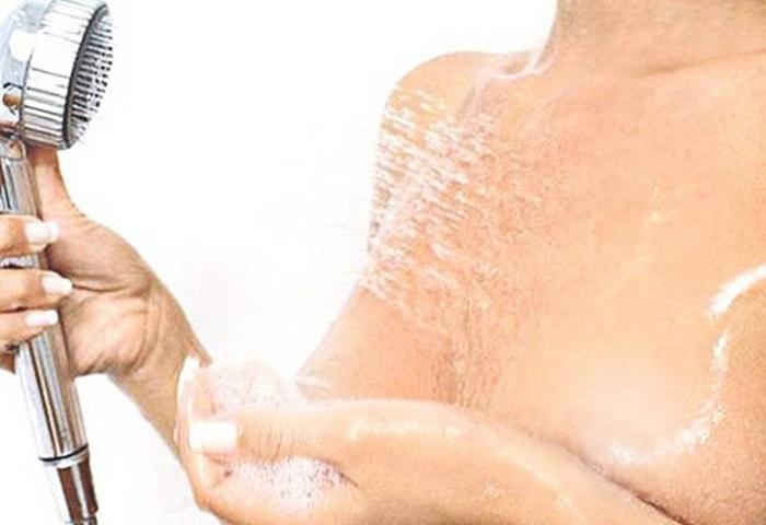 Можно использовать теплый душ или чередовать горячую и прохладную воду.