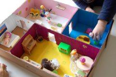 Как сделать дом для кукол из коробки