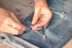 Как сделать дырки на джинсах: своими руками