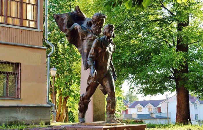 Памятник героям повести Вениамина Каверина «Два капитана»