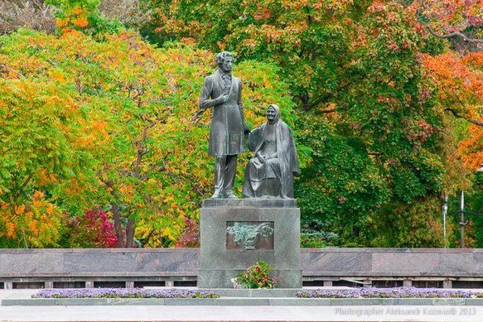 Памятник «Пушкин и Арина Родионовна»